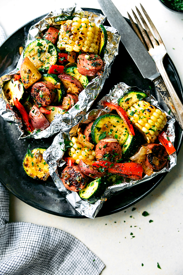 these-delicious-and-easy-tin-foil-packets-are-so-quick-to-assemble-they-are-packed-with-sausage-tons-of-veggies-and-the-best-seasoning-mix-recipe-chelseasmessyapron-com_